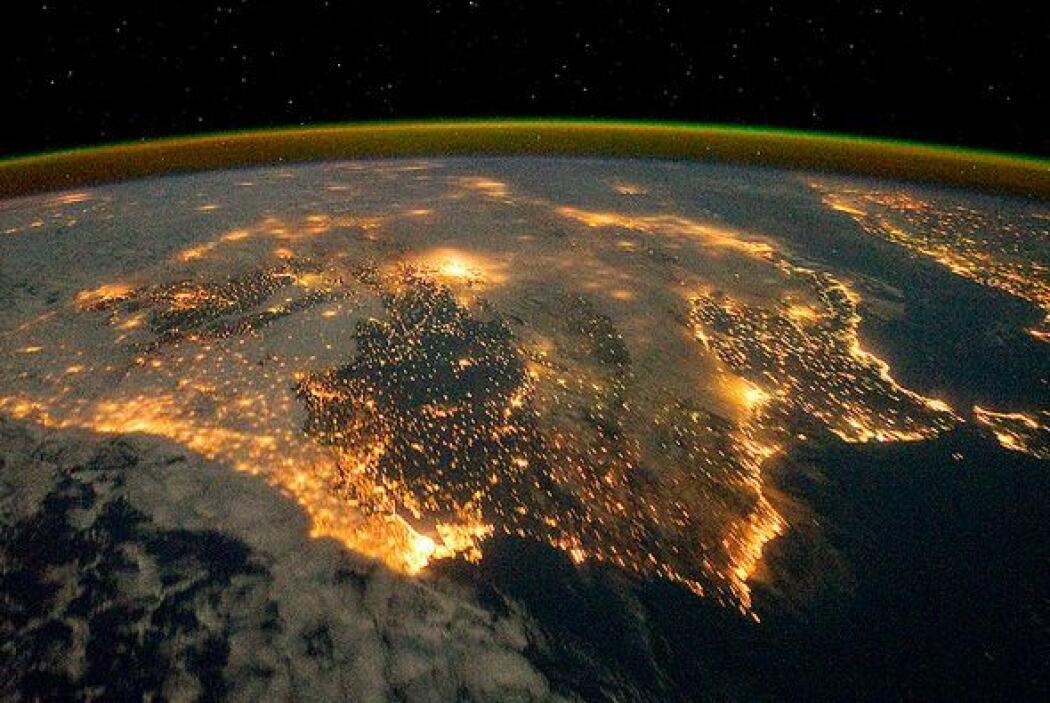 Las luces de la ciudad de España y Portugal definen la Península Ibérica...