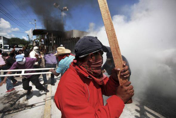 Uno de los profesores rurales armado con un palo durante el enfrentamiento.