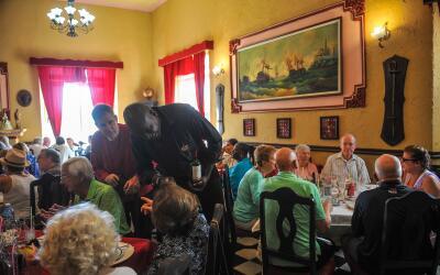Turistan disfrutan de la cocina cubana en un restaurante tradicional de...