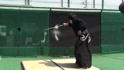 Un samurái partió una pelota de béisbol en dos