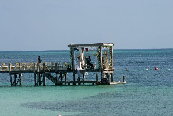 Una imagen del altar donde los novios se darían el sí, con el mar de Can...