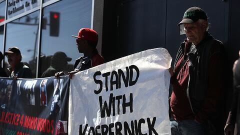 Protesta en apoyo a Colin Kaepernick, jugador de fútbol americano...