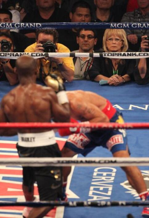 Bradley reaccionó y terminó intercambiando golpes en ese round. Al fondo...