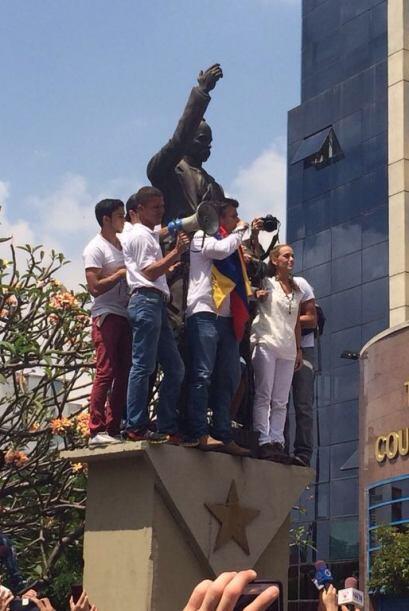 El dirigente opositor venezolano apareció hoy en una plaza caraqu...