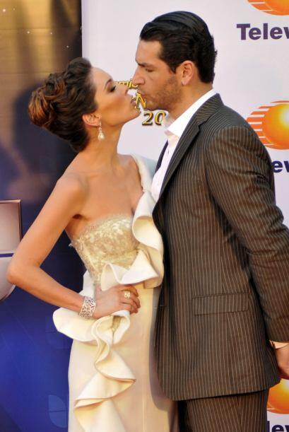 Y aun así,  besando a su amado, Bracamontes sigue levantando m&aa...