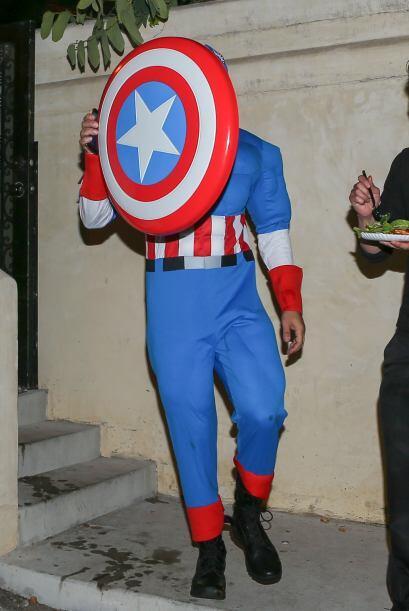 El actor de '300' decidió ir vestido de Capitán América, seguramente se...