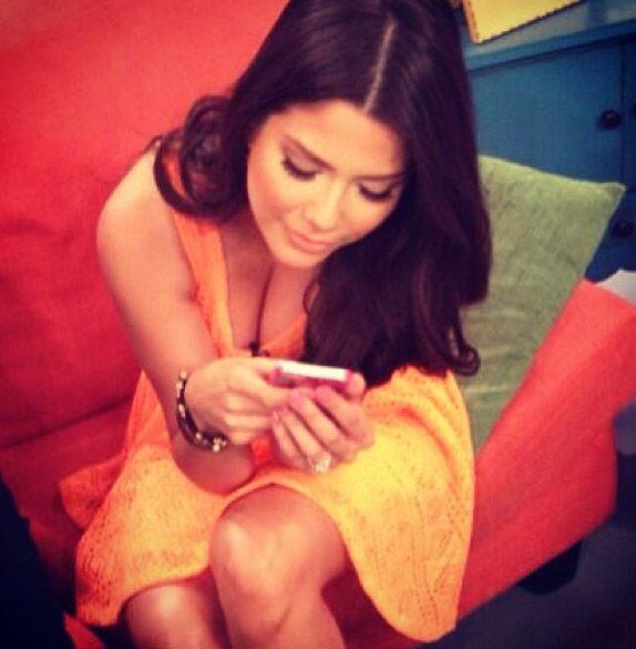 """Yo no soy adicta al celular.. ¿Y tú?"", preguntó Ana Patricia González...."