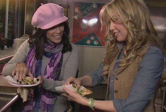 Thalía y Karla tenían que dar su visto bueno al taco.