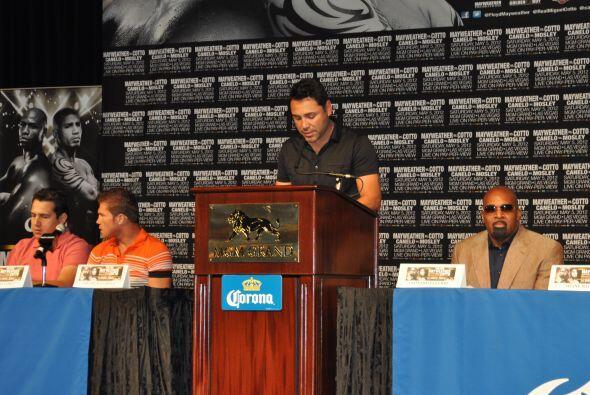 Luego habló Oscar De la Hoya, opromotor de la pelea, quien destacó que e...