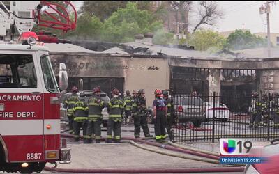 Incendio consume taller mecánico en Sacramento