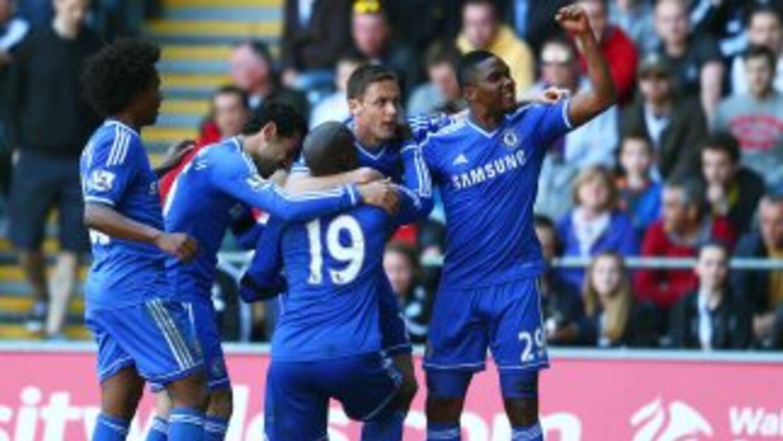 Los 'Blues' festejando el gol de Demba Ba.