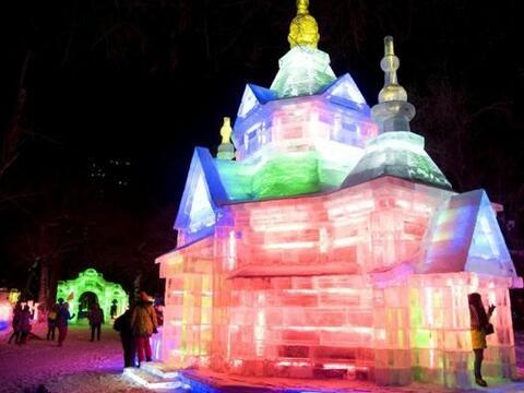 Varios visitantes observan una de las esculturas de hielo expuestas en e...