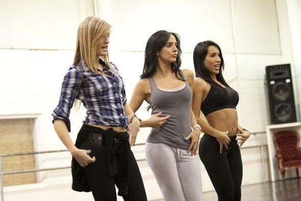 Greta, Karin y Jianny ensayan muy fuerte para lucir bien el domingo.