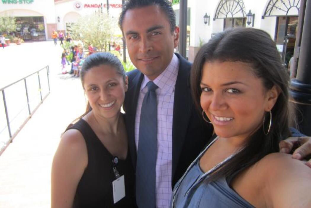 Nuestro reportero de Impacto Salvador Durán con una productora y maquill...