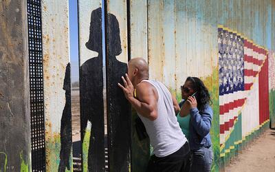 Un deportado habla con sus familiares desde el lado mexicano de la front...