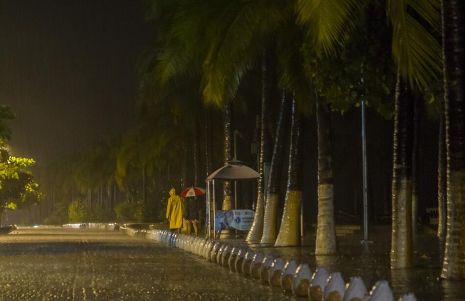 Puerto Vallarta recibe al potente huracán Patricia GettyImages-493991756...