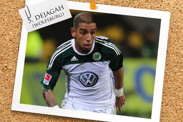 Ya en la mitad de la cancha, aparece Ashkan Dejagah.