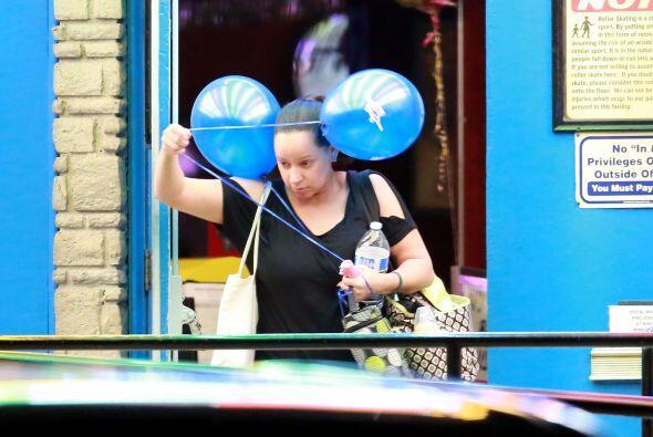 Después, la nana volvió a entrar al lugar por unos globos para la bebé.
