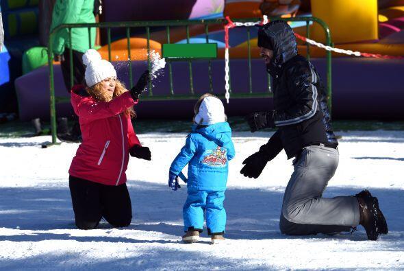 Shakira estuvo muy divertida aventando nieve al aire.