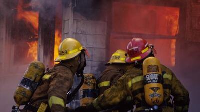 Una anciana de 90 años fue rescatada de una casa en llamas; la mujer se...