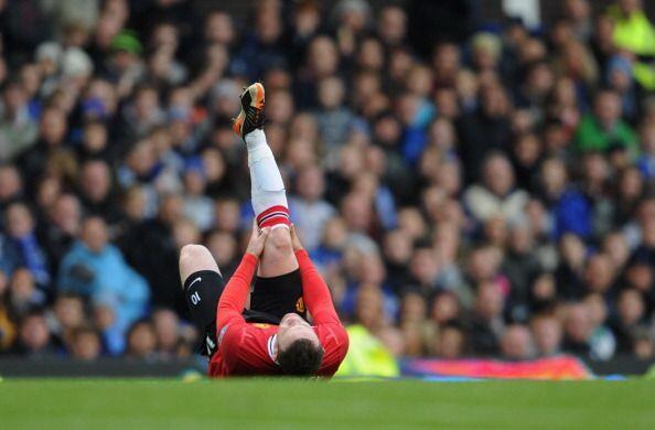 De tanto esfuerzo, Rooney se acalambró y quedó dolorido en el piso.