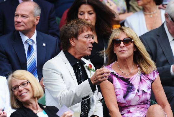 El popular cantante inglés Cliff Richards también disfrutó del partido,...