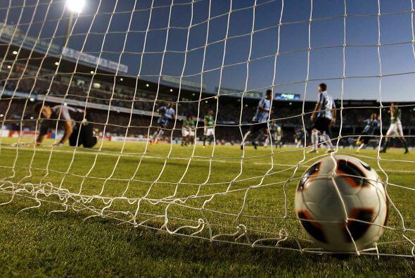 Hugo Suárez, portero de Oriente Petrolero mira el balón en el fondo de l...