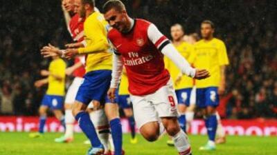 Lukas Podolski celebra su gol ante Coventry en copa.