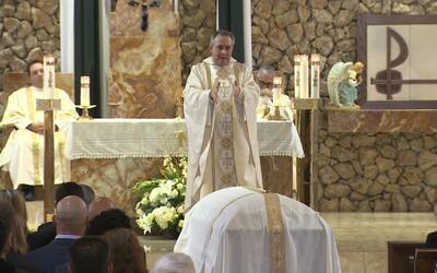 Familiares y amigos asisten a la misma de resurrección del beisbo...