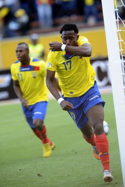 Besitos y festejos de Jaime Ayovi tras anotar el primer gol de Ecuador f...