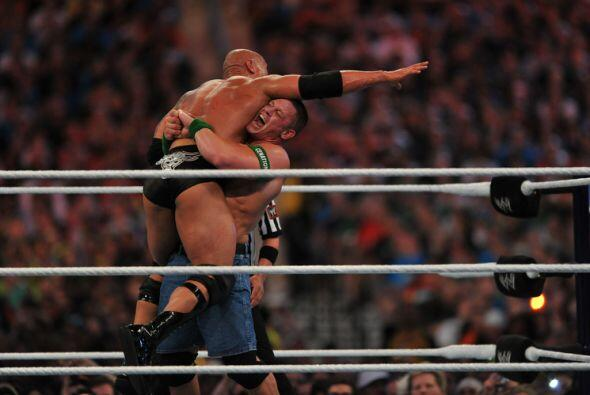John Cena también aprovechó su fuerza para practicar difer...