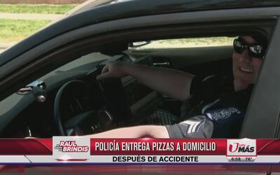 Policía entrega pizza a domicilio