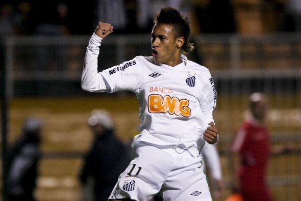 Con el puño cerrado y la presencia desafiante, Neymar festeja el...