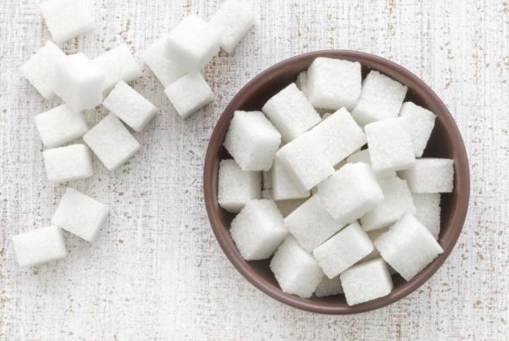 Azúcar morena LO BUENO: rica en hidratos de carbono, vitaminas del tipo...