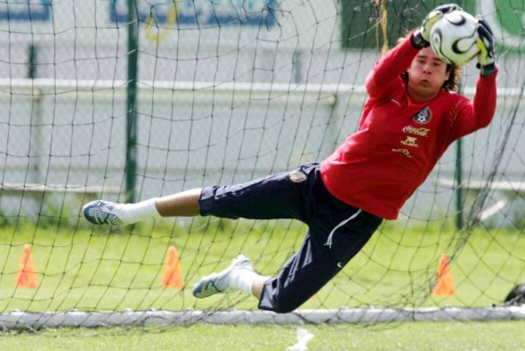 En 2005 hizo su aparición con la Selección Mexicana, en el partido amist...