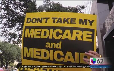 Manifestantes expresan temor por el futuro de su seguro médico