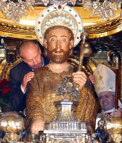 Juan Carlos besa la figura de Santiago Apóstol, durante una ceremonia re...