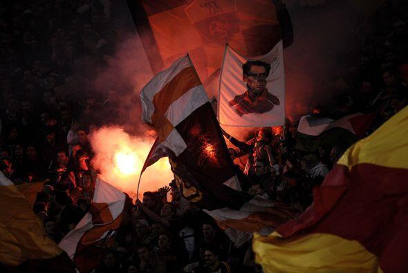 Los fanáticos de la Roma celebraron eufóricamente esta victoria que pone...