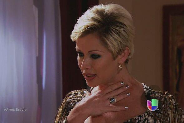 Cayetano le descubre una marca sospechosa en el cuello a Isadora, ella p...