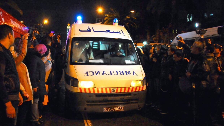 Ambulancia llega a escena de explosión en Túnez