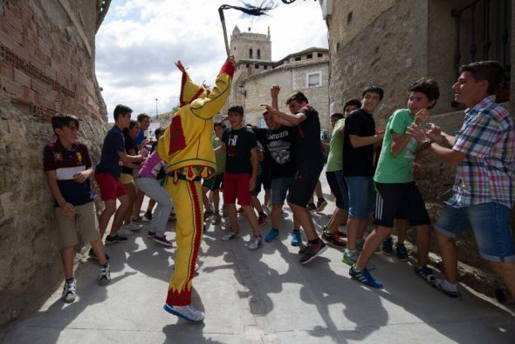 Durante la procesión, el Colacho recibe la burla de los niños del pueblo.