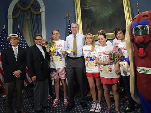 El alcalde de Nueva York Bill de Blasio, posa con el siete veces campe&o...