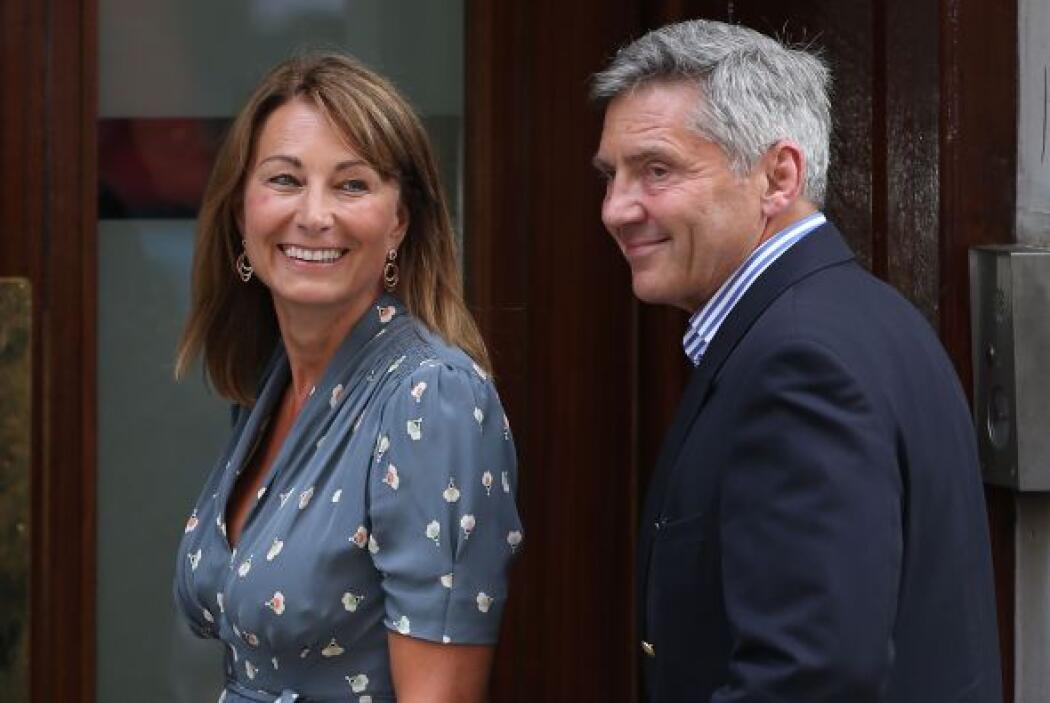Los padres de Kate, Michael y Carole Middleton, también visitaron al beb...