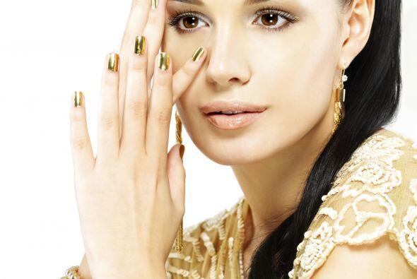 Dorado: el tono de moda. Hazte un manicure dorado ¡para que tus manos lu...
