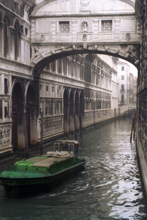 El puente del siglo XVII une el Palacio Ducal con los calabozos de la an...