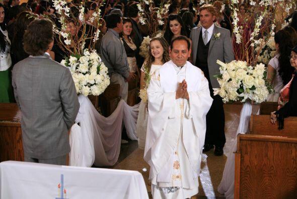 El sacerdote se dirige al altar