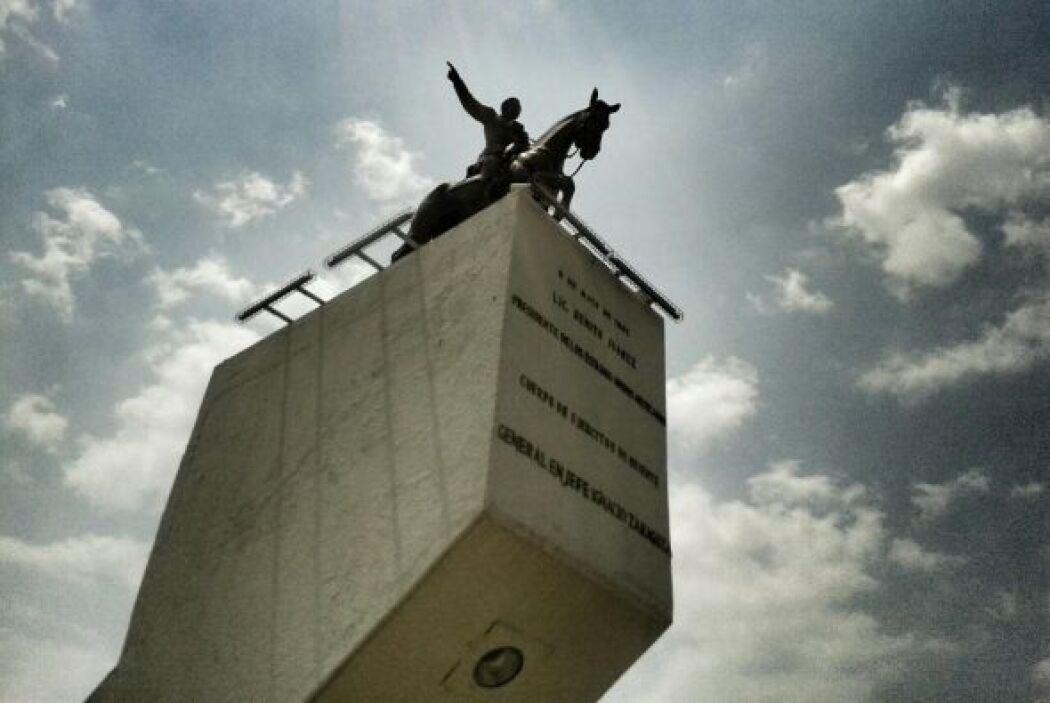 Otro ángulo del monumento a Ignacio Zaragoza.