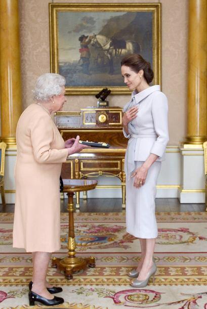 Gracias a lo anterior, la reina Isabel II la nombró Dama de Honor.