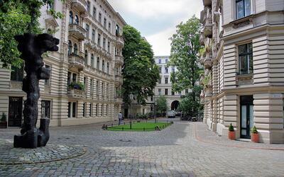 Edifico de departamentos cerca de la estación del metro en Mehrin...