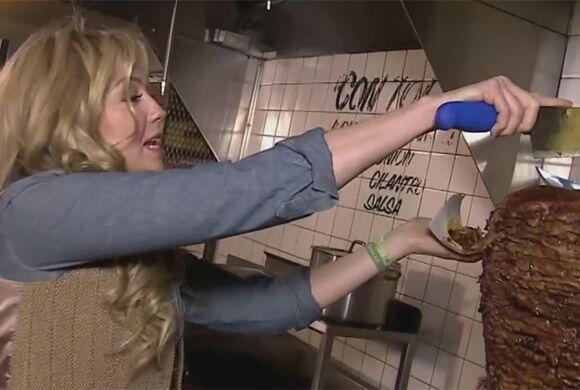 Thalía demostrando que tiene estilo para cortar la carne.